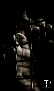 Homme - Male - Pieds - Orteils - Grillage - Feet - Toes - Fence